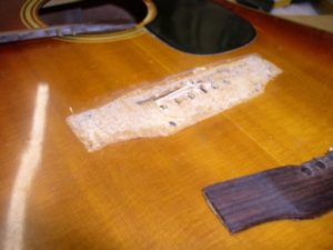 bridge lepas bisa diatasi dengan Lem Kayu untuk Gitar yang Tepat