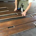 cara mengelem lantai kayu