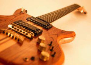 gitar elektrik kayu
